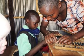 Blinde Lehrerin unterrichtet blinde Schülerin